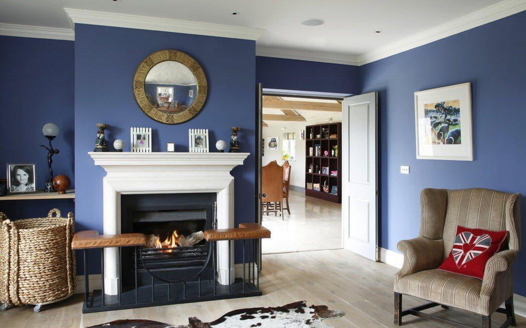 Белый потолок в сине-белой гостиной с камином