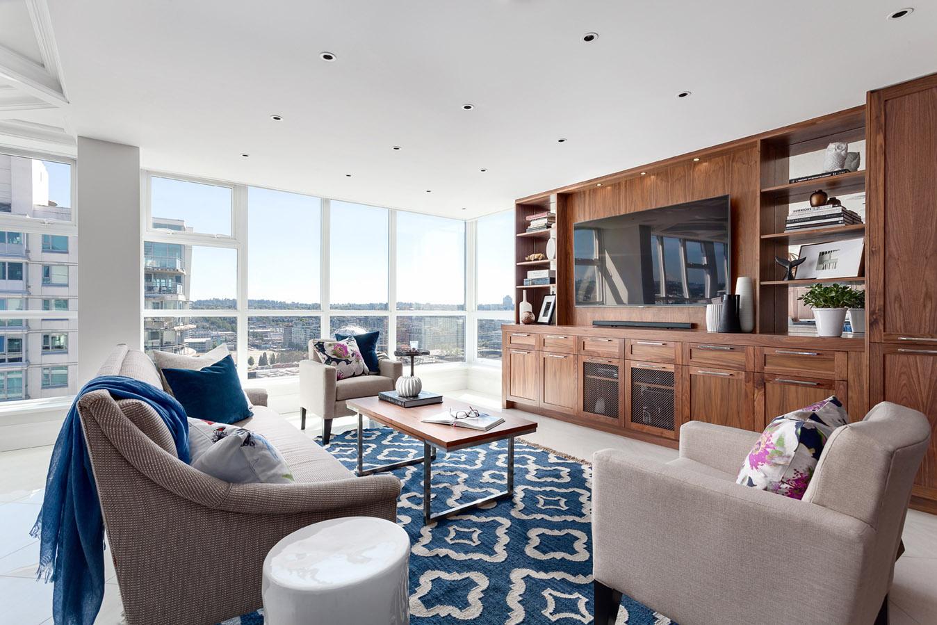 Белый пол в гостиной с синими акцентами