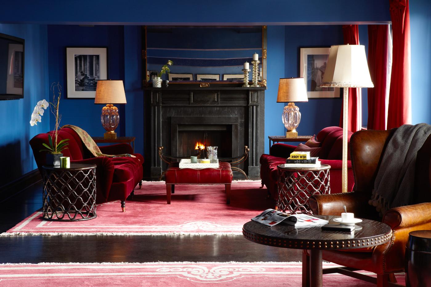 Коричневый пол в сине-красной гостиной