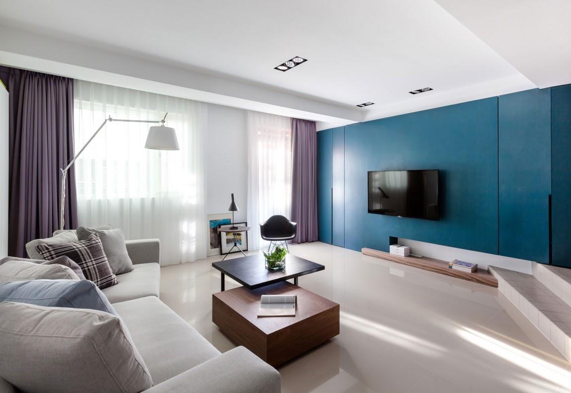Синяя стена в светлом интерьере гостиной