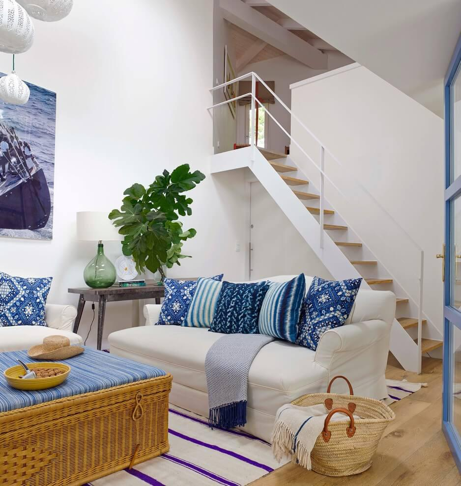 Интерьер синей гостиной: сочетания с другими оттенками цветами в дизайне