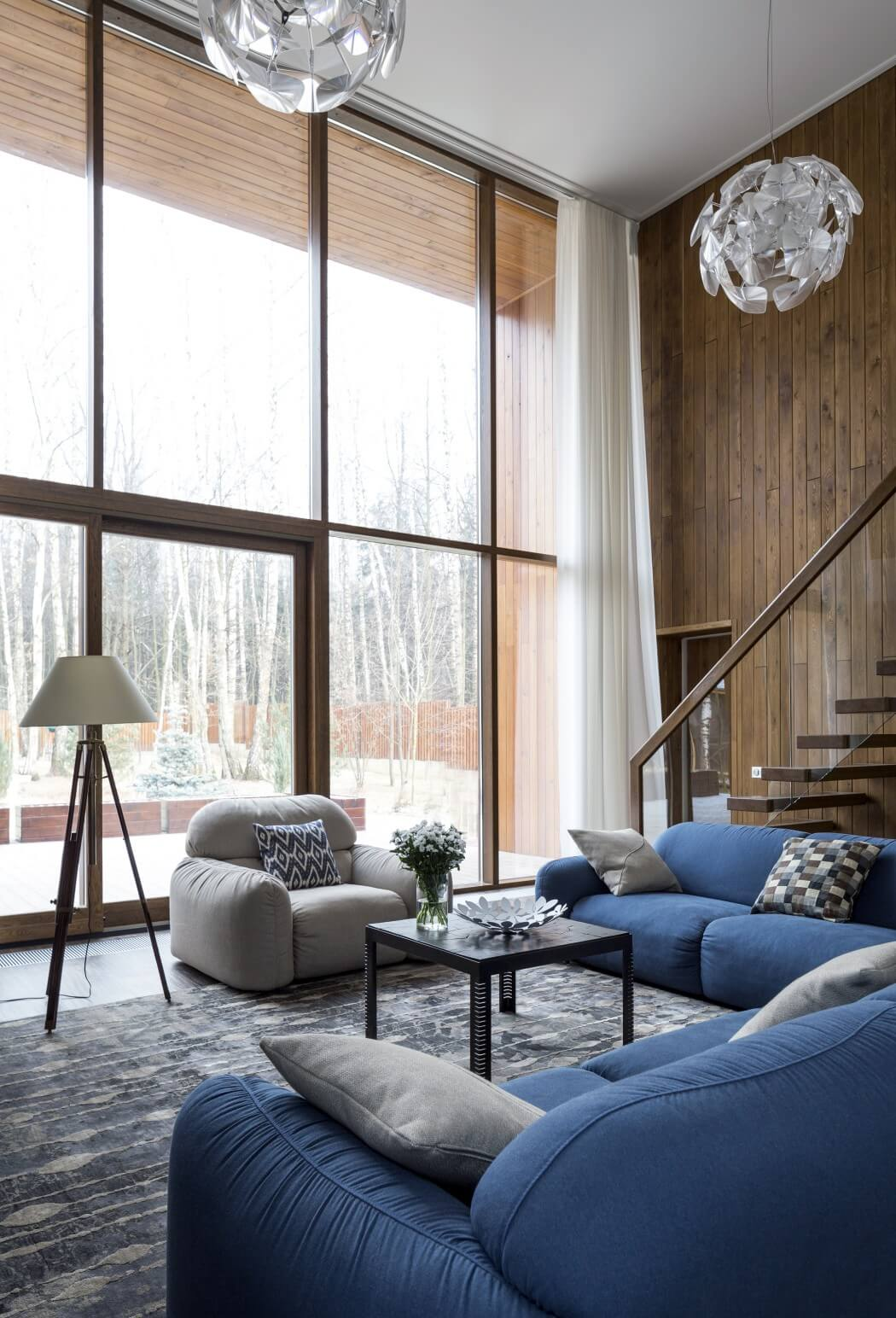 Синий, серый, коричневый и белый цвета в интерьере гостиной
