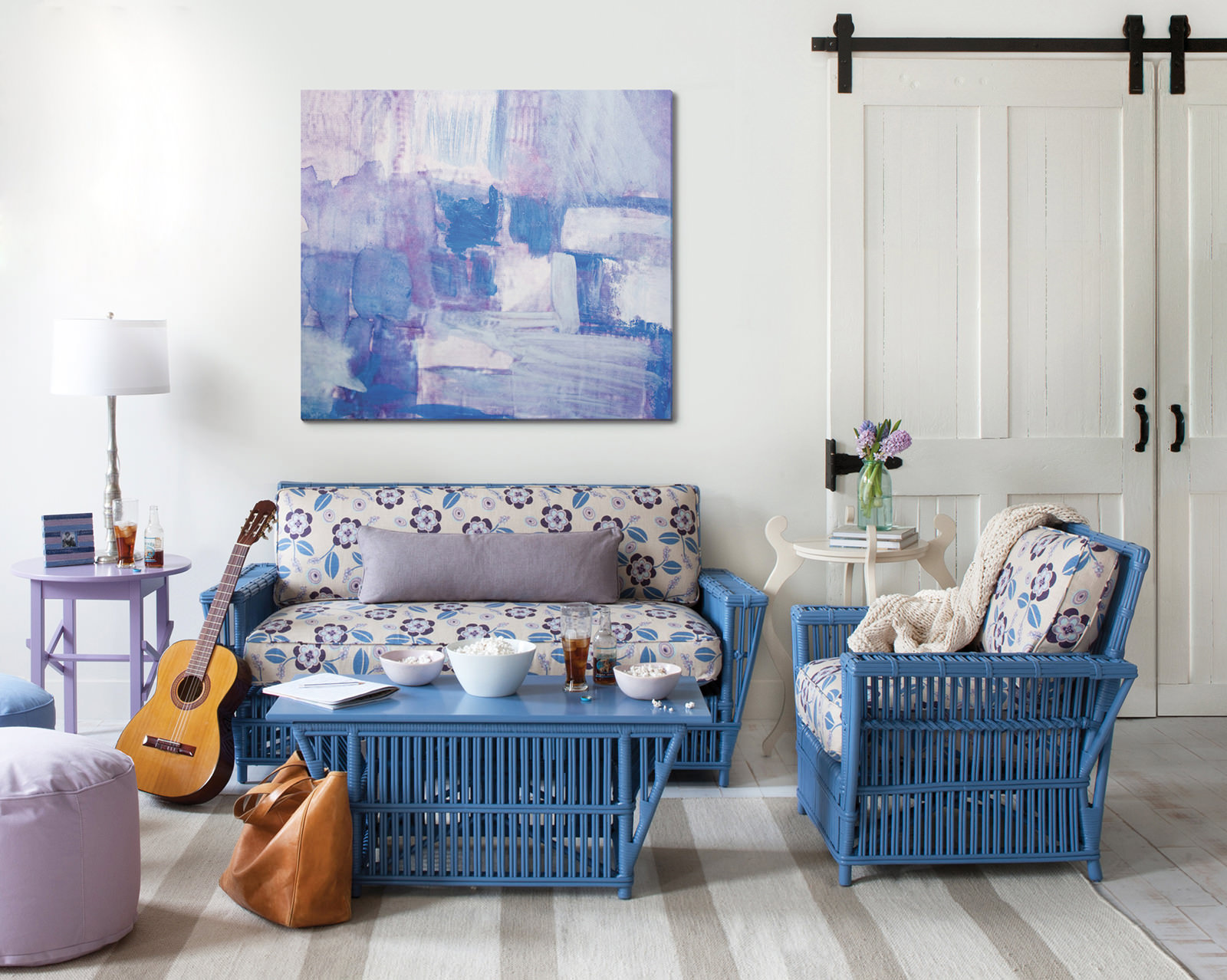 Синий, белый и сиреневый цвета в интерьере гостиной