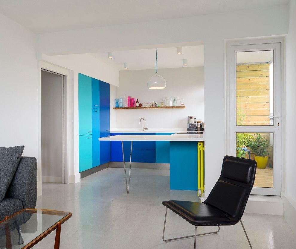 Синий акцент в интерьере гостиной-кухни