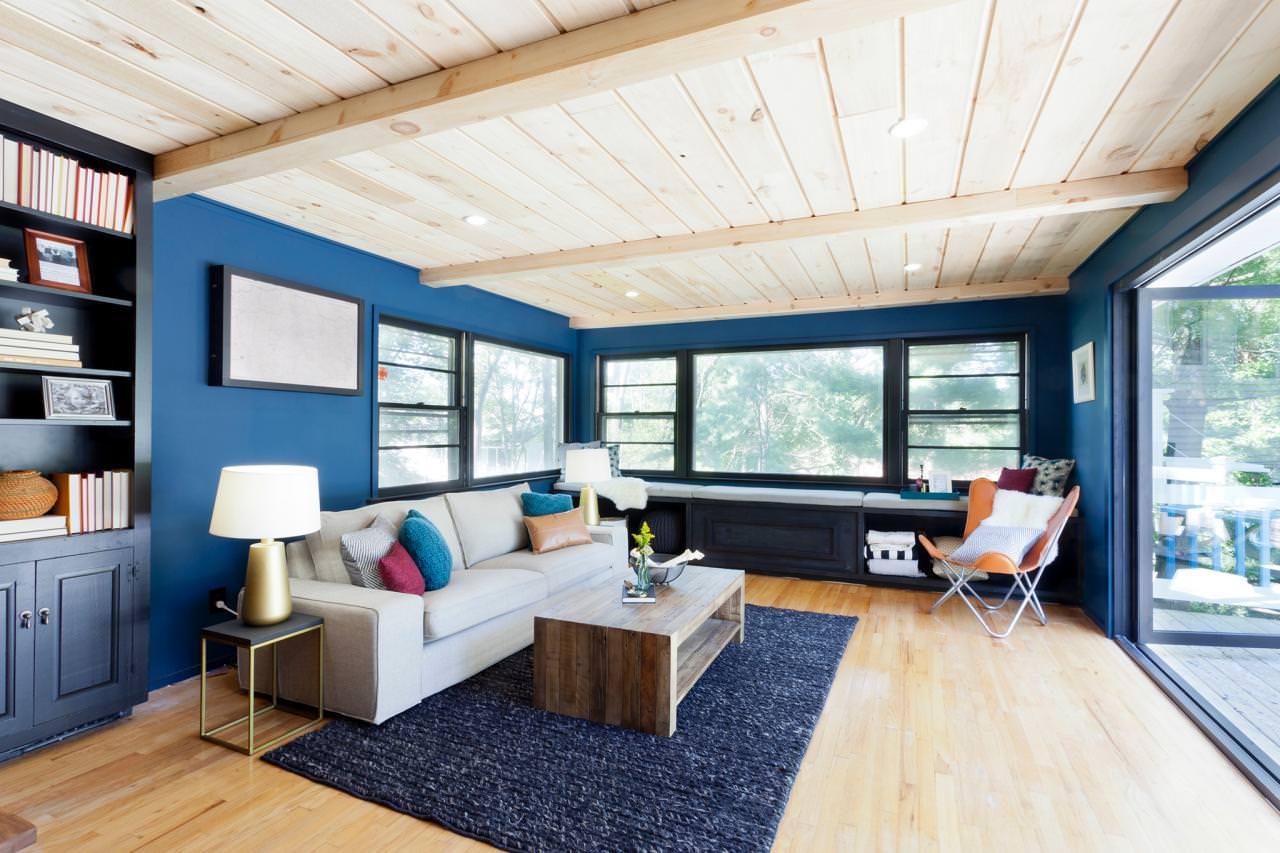 Синий ковер и стены в гостиной