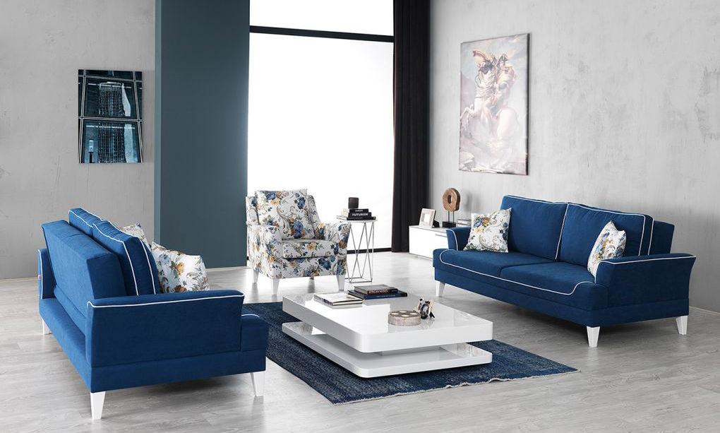 Синие диваны и ковер в гостиной