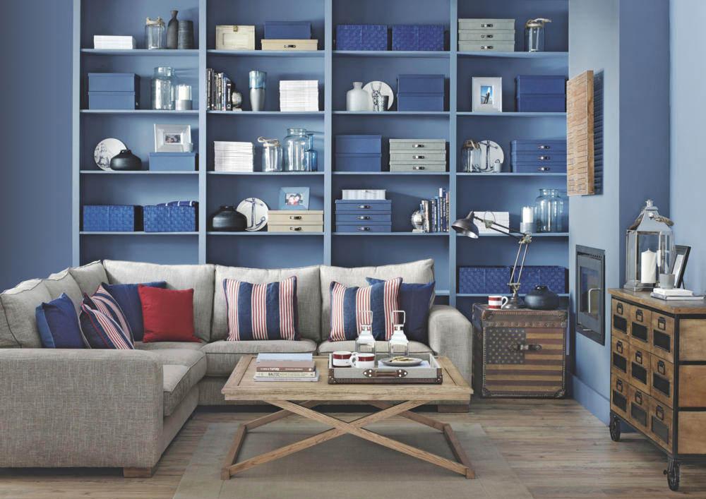Приглушенные синие стены и полки в гостиной