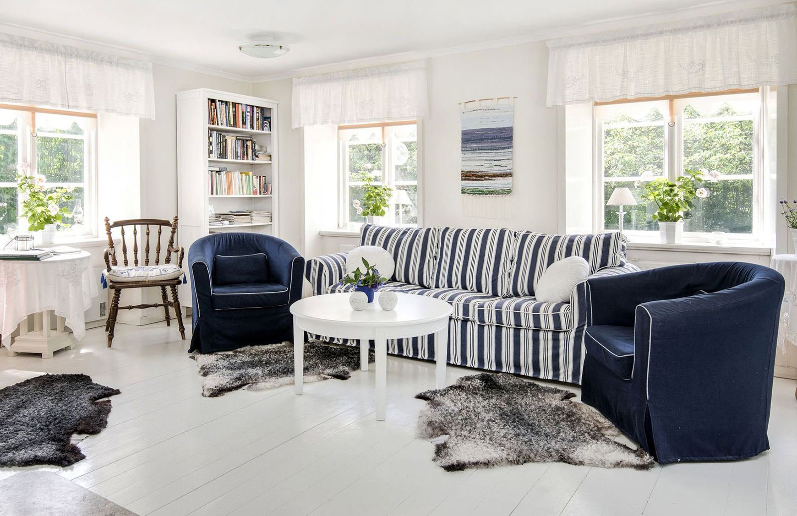 Сине-белая мягкая мебель в гостиной
