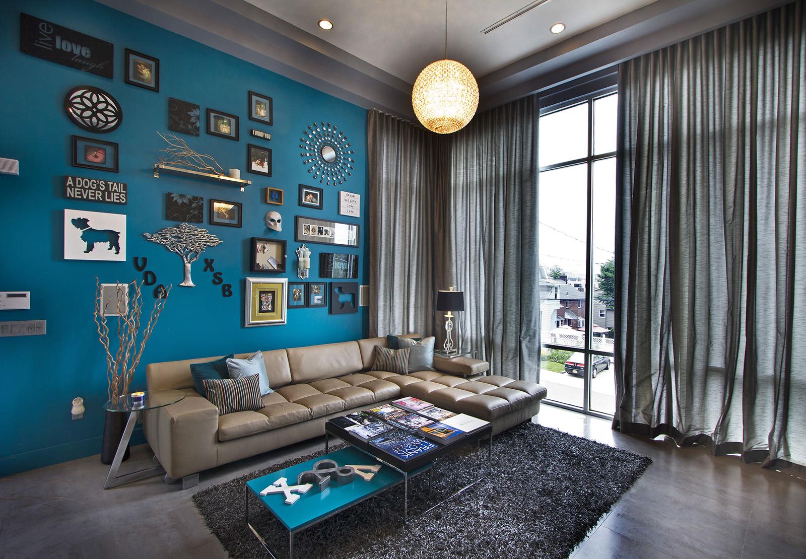 Сине-зеленые стены в гостиной