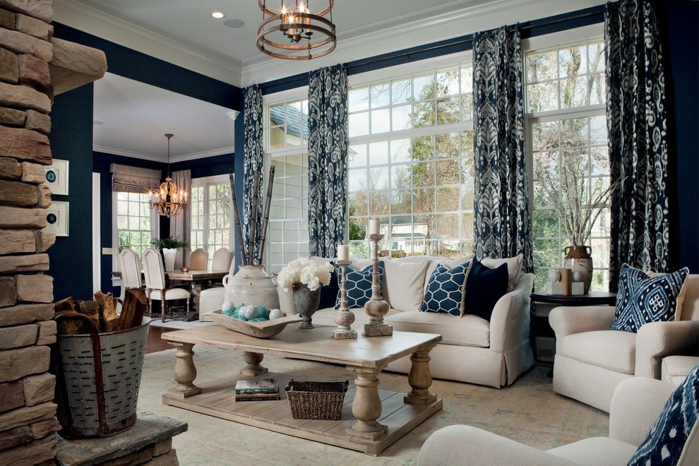 Бежевый ковер в гостиной с синими акцентами