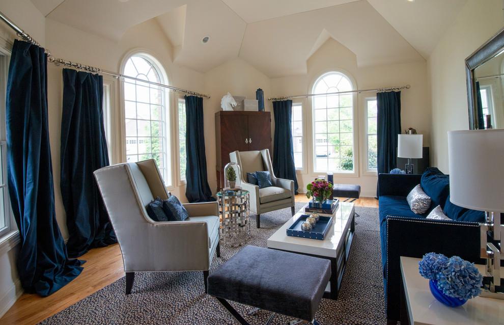 Серо-синяя мебель в бежевой гостиной