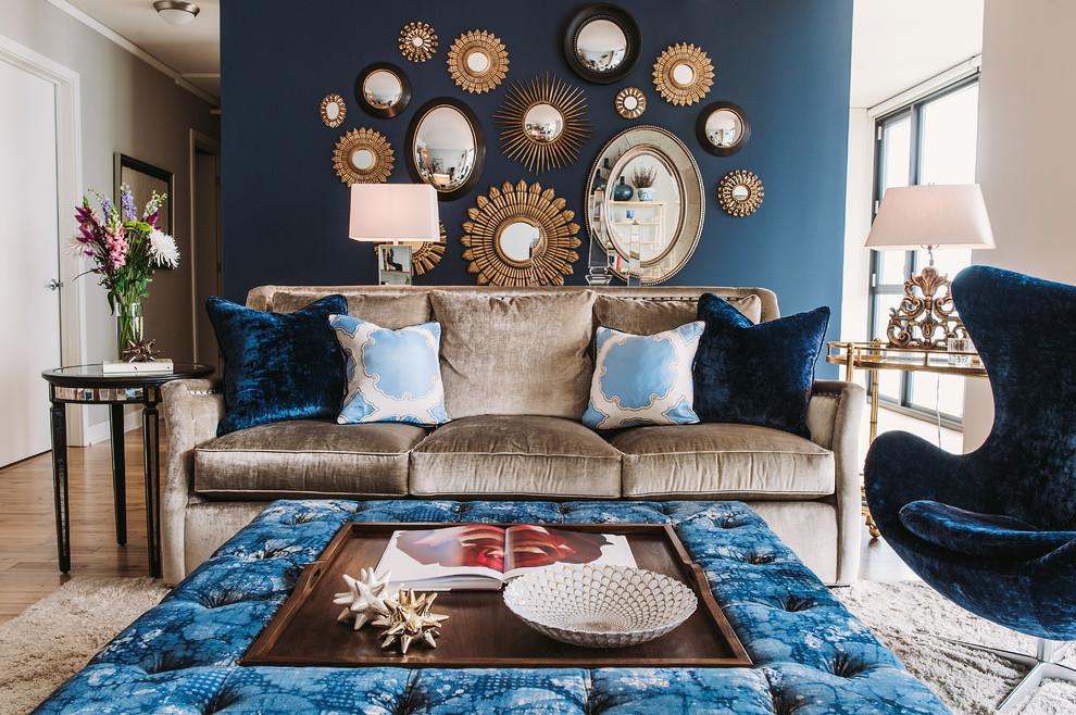 Коричневый диван в сине-бежевой гостиной