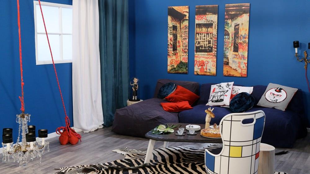 Белые и синие шторы в гостиной