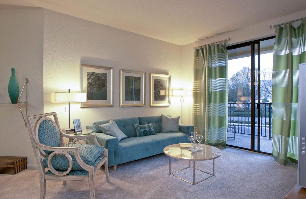 Торшеры рядом с синим диваном в гостиной