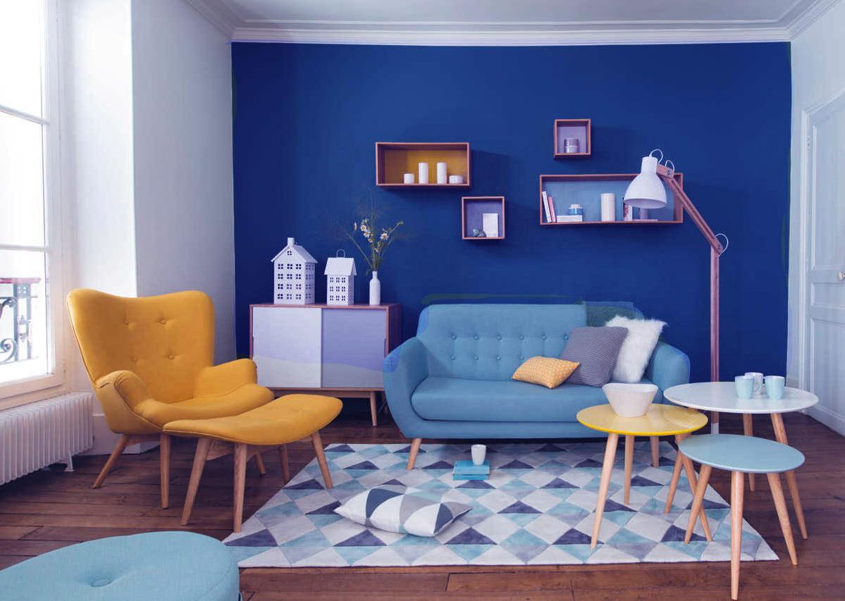 Яркие аксессуары в синей гостиной
