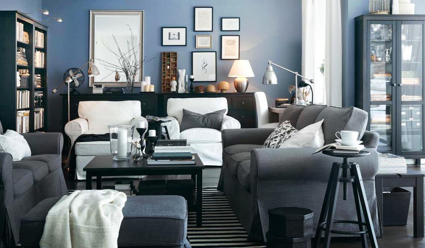 Торшеры и настольная лампа в гостиной с синими стенами