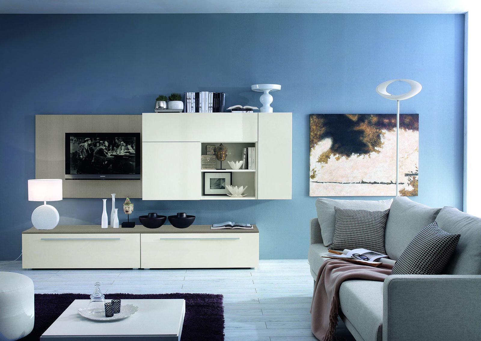 Вазы и другой декор в гостиной с синими стенами