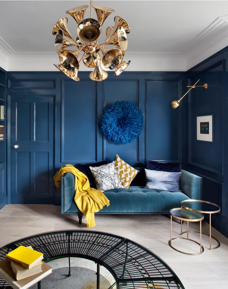 Золотистые светильники в синей гостиной