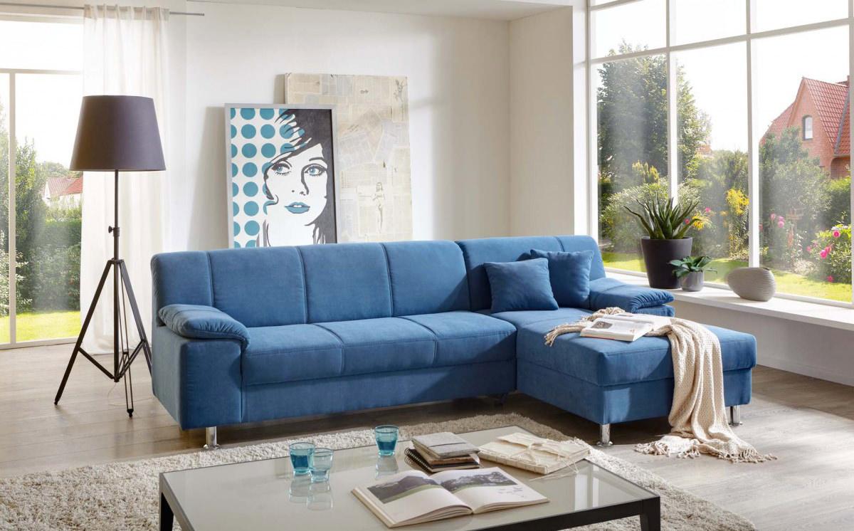 Стильный декор в гостиной с синим диваном