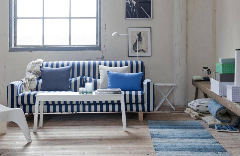 Полосатый сине-белый диван в гостиной
