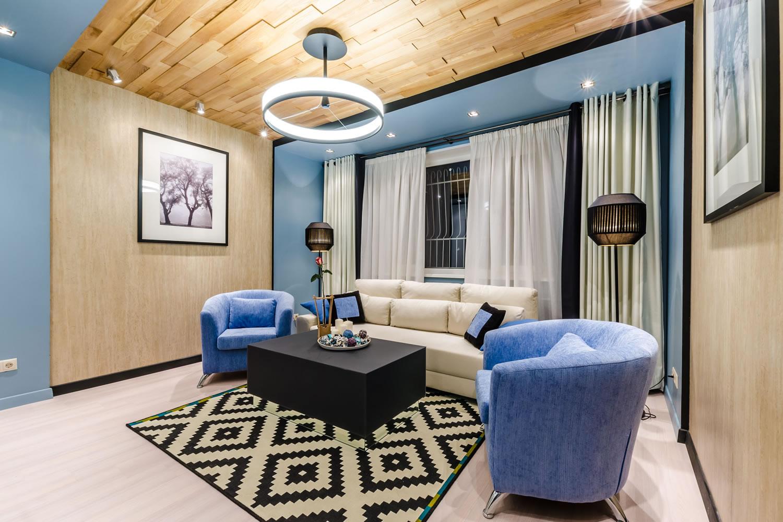 Прозрачные и плотные шторы в бежево-синей гостиной