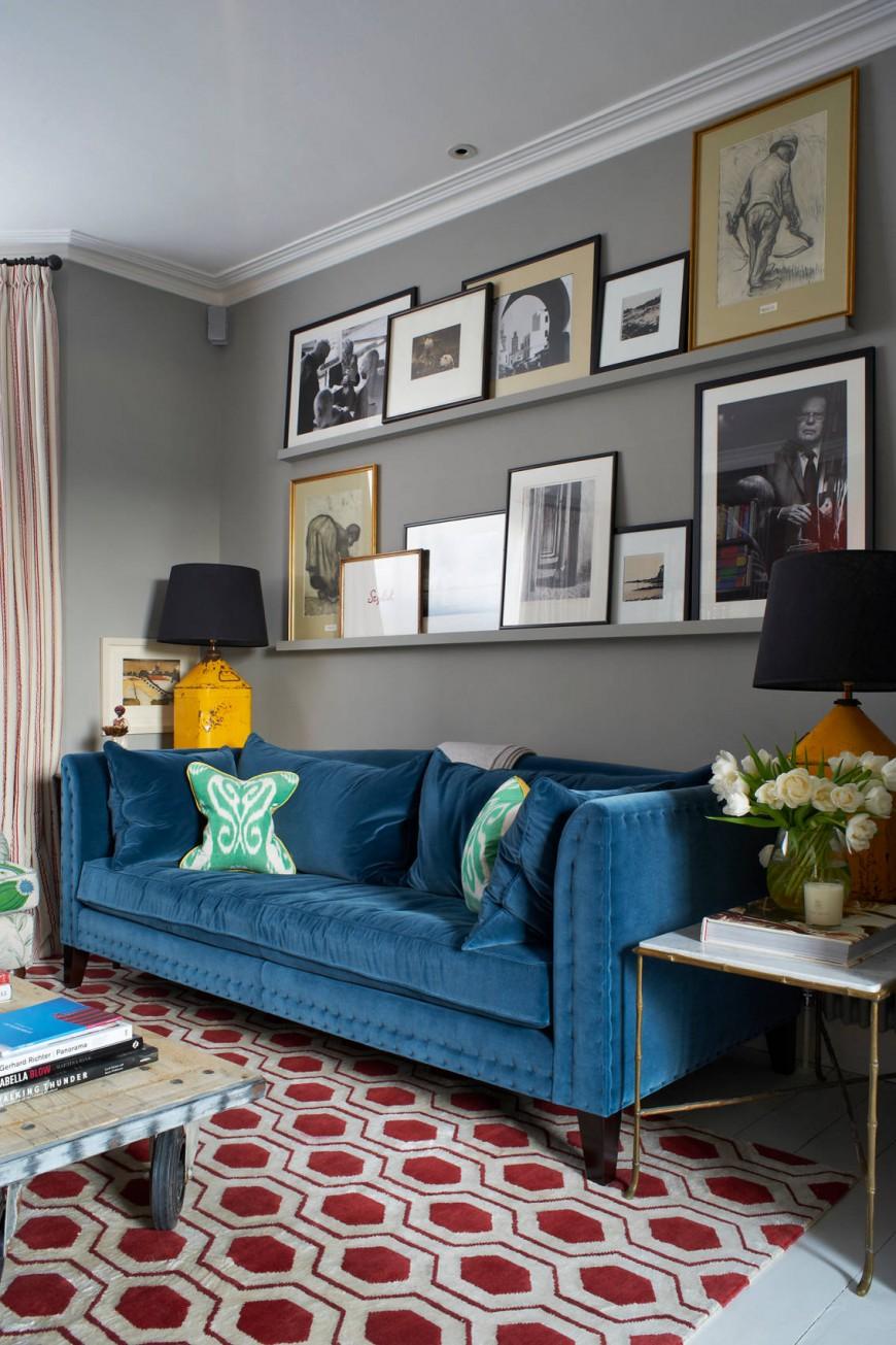 Синий бархатный диван в интерьере