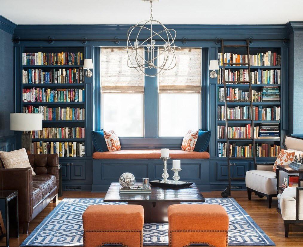 Синие стены, книжные шкафы и ковер в гостиной
