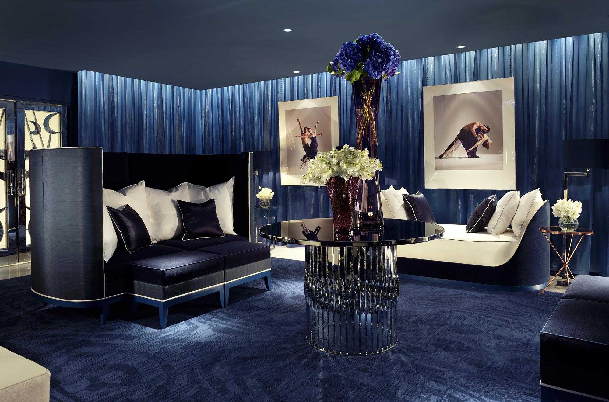 Блестящие синие шторы в гостиной