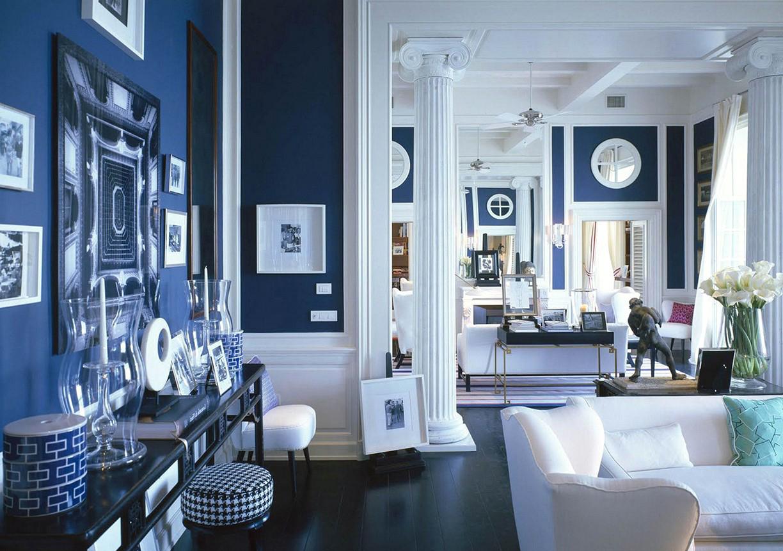 Картины и фотографии в интерьере сине-белой гостиной