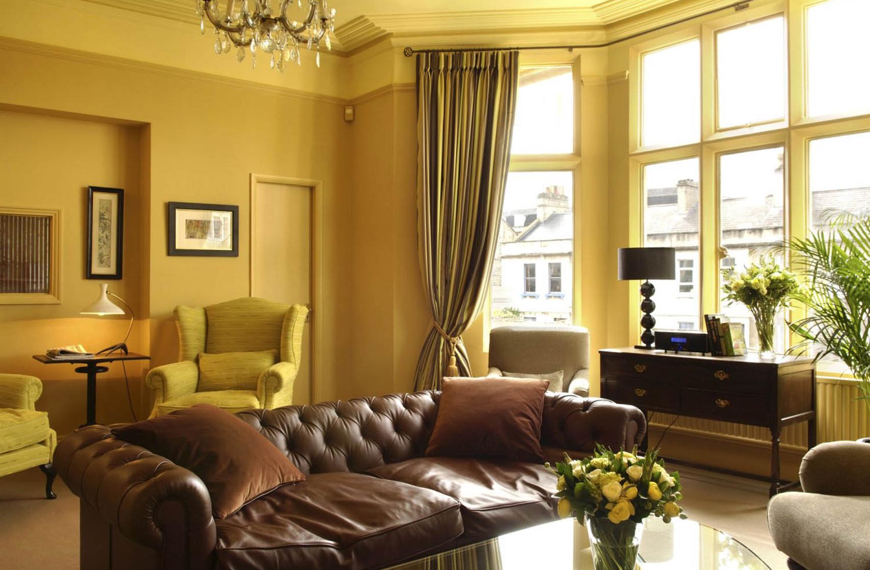 Приглушенный желтый и коричневый цвета в гостиной
