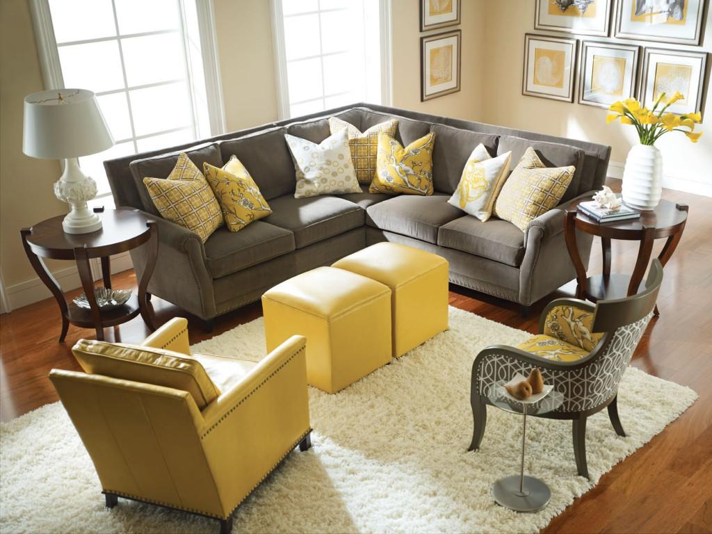 Серая и желтая мебель в гостиной