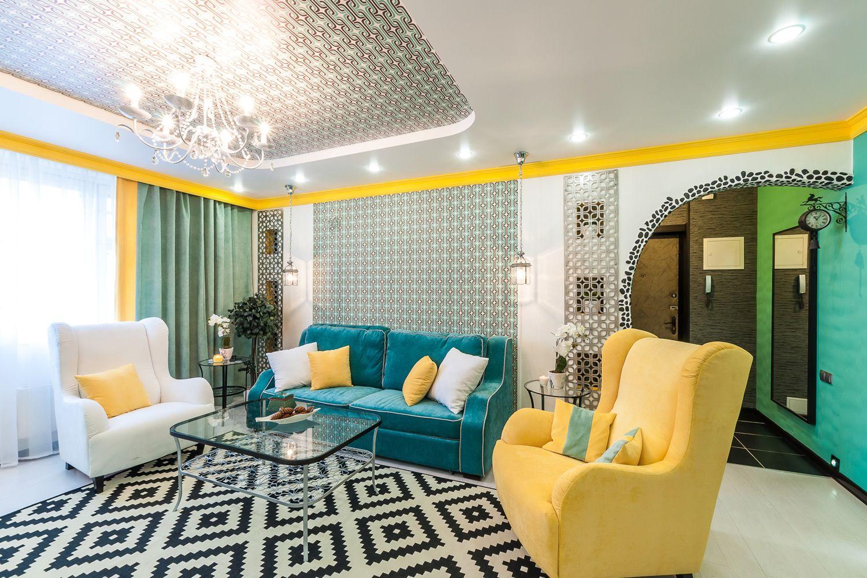 Желтое кресло и подушки в гостиной