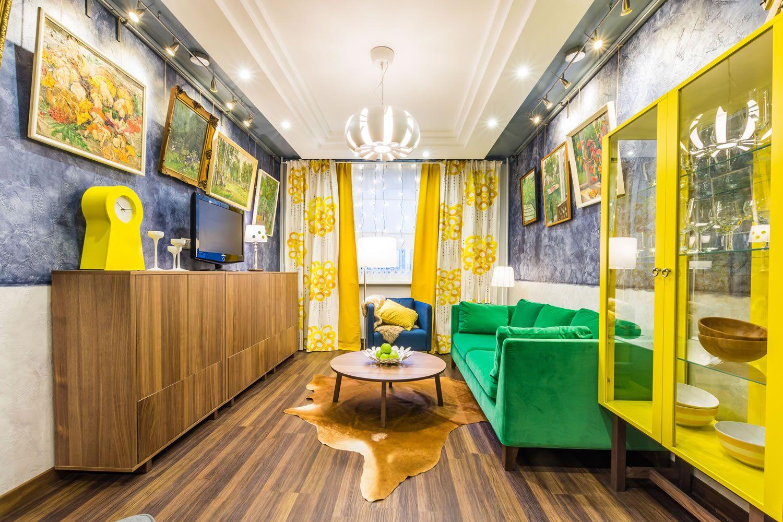 Яркое сочетание желтого, зеленого, синего, коричневого и белого в гостиной