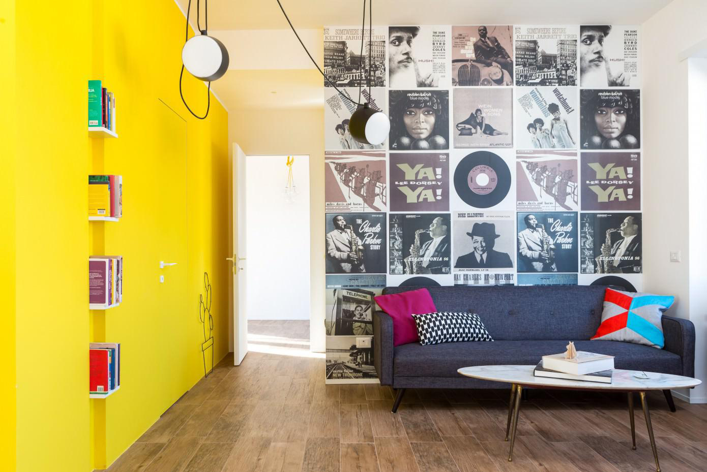 Желтая стена в интерьере гостиной