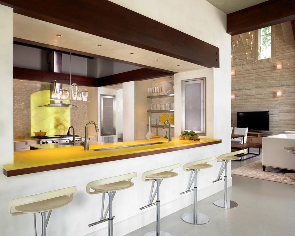 Желтая столешница в гостиной-кухне