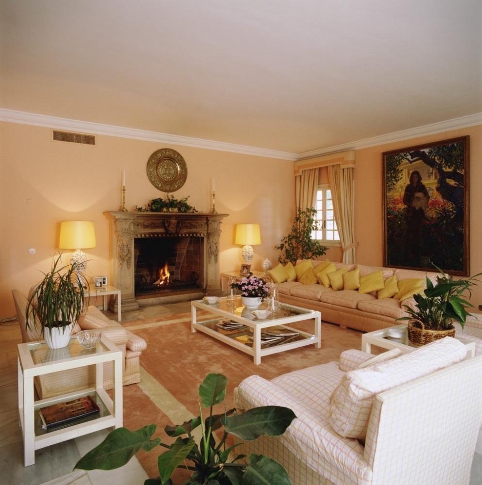 Желтые акценты в кремово-белой гостиной