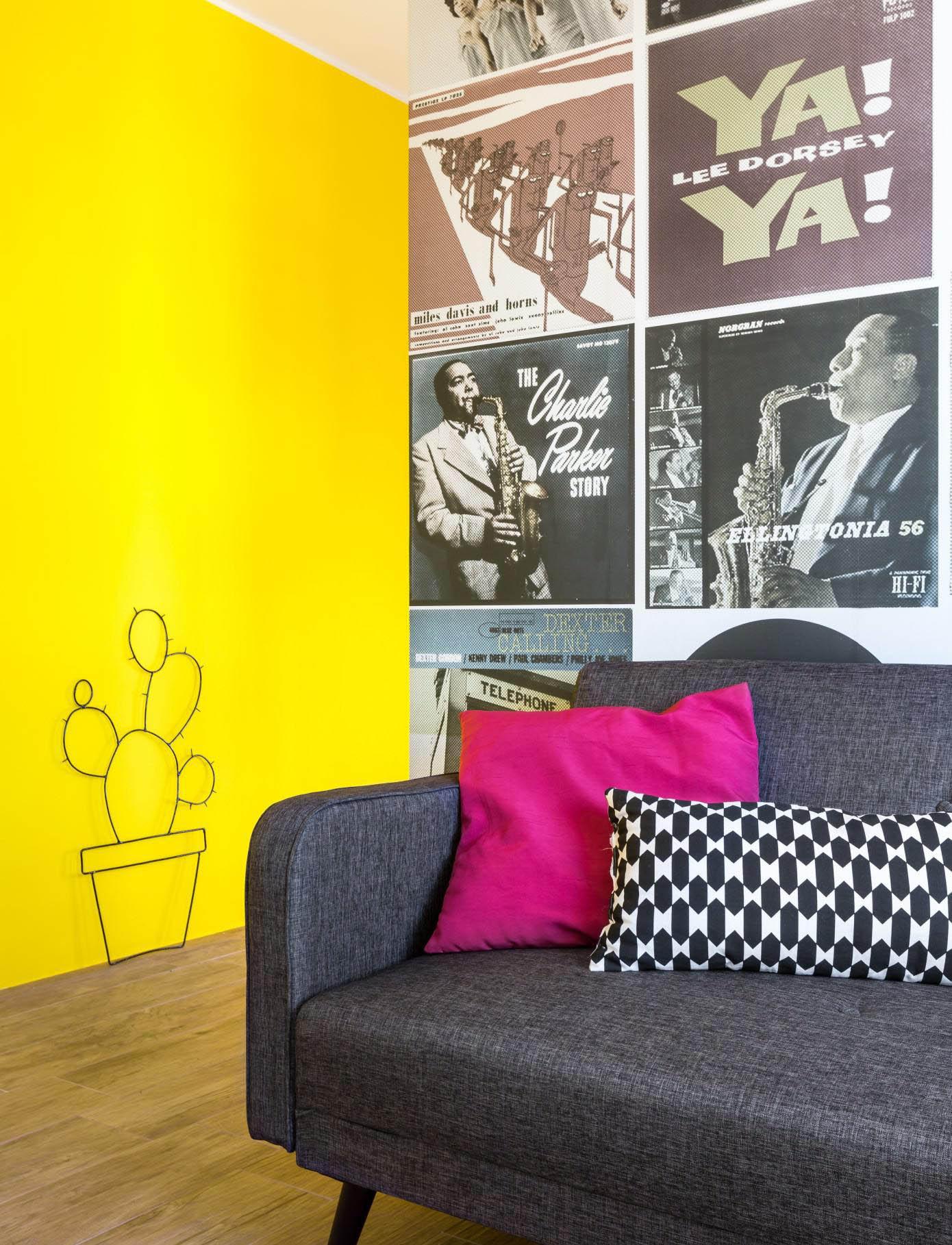 Желтая стена в интерьере гостинойЖелтая стена в интерьере гостиной