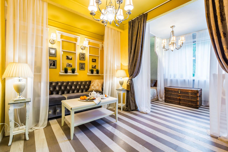 Желтые стены и потолок в гостиной