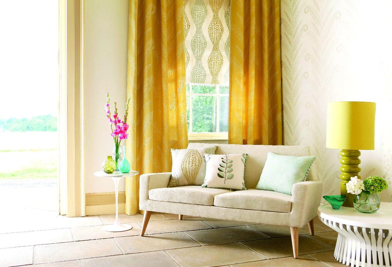 Желтые шторы и абажур в гостиной