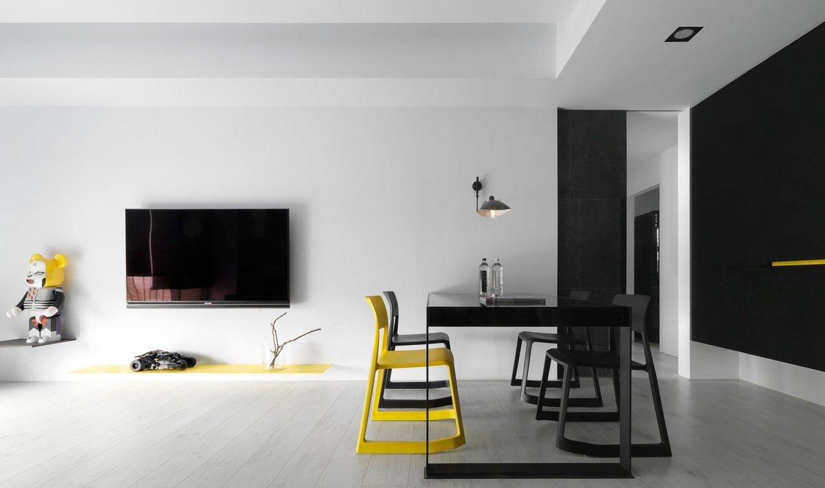 Желтые акценты в бело-черной гостиной