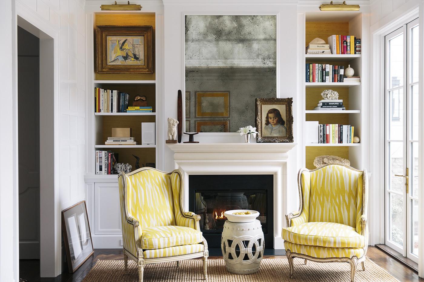 Желто-белые кресла в гостиной