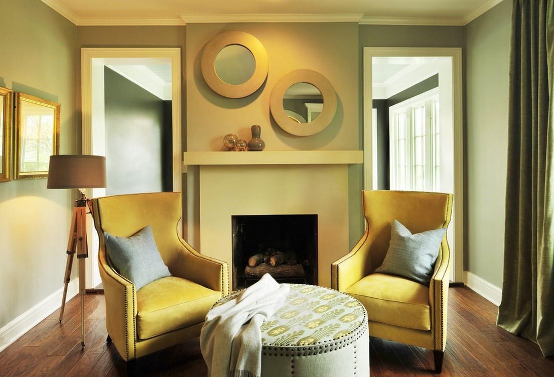 Желтые кресла в гостиной с камином