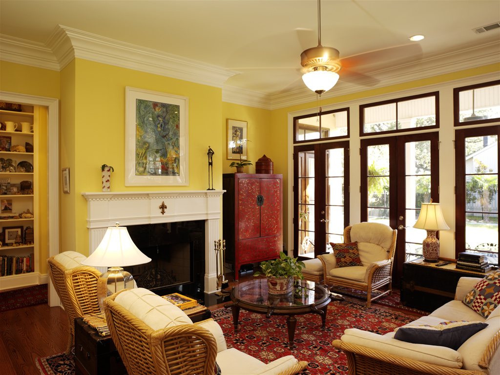 Желтые стены в гостиной с камином