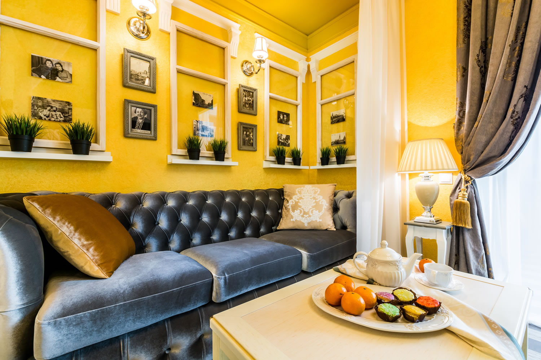 Серые и белые акценты в желтой гостиной