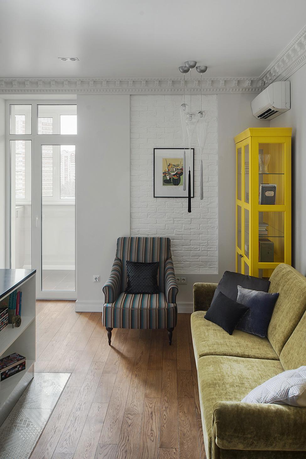 Яркий желтый шкаф в гостиной