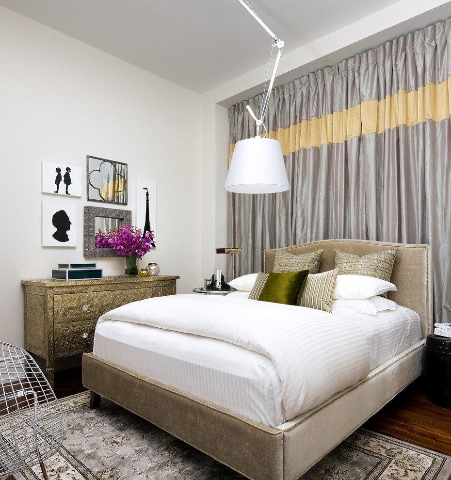 Шторы и белая люстра в спальне без окон