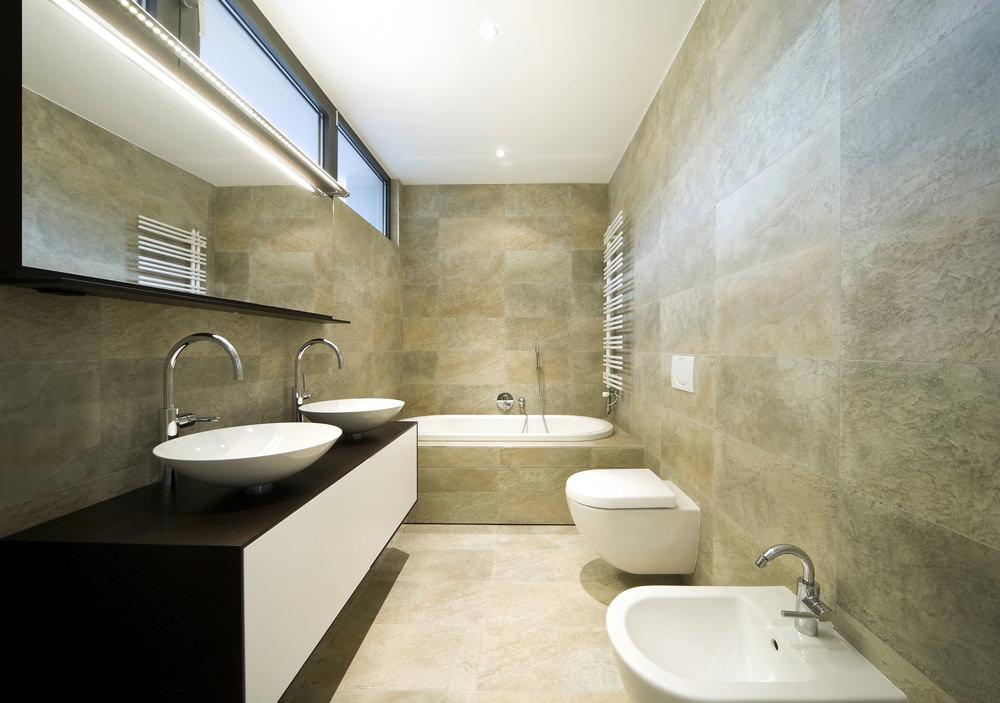 Фрамуга в интерьере ванной