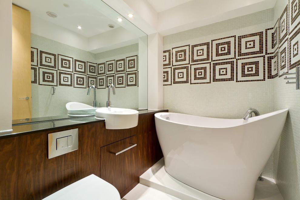 Контрастные поверхности и большое зеркало в ванной