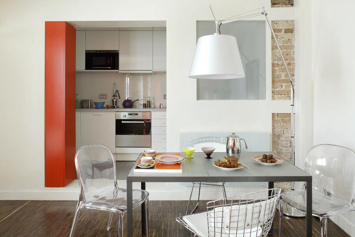 Свободный проход и матовое стекло между кухней и столовой