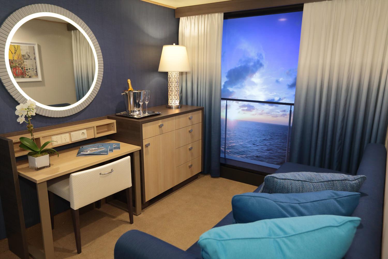 Фотообои и шторы в интерьере комнаты без окон